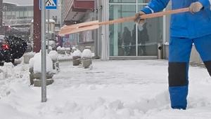 Уборка снега у магазинов