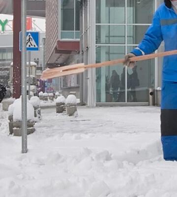 чистка снега у магазинов